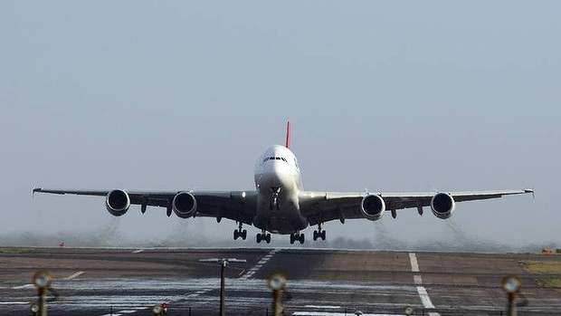 SYDNEY, AUSTRALIA - NOVEMBER 27:  The Qantas Airbus A380 leaves  the tarmac  on its first flight since a mid-air engine explosion three weeks go on November 27, 2010 in Sydney, Australia.  Qantas A380 flight 31 from Sydney will head to Singapore before flying to London.  (Photo by Don Arnold/Getty Images)