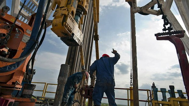 The IEA forecasts that the US could overtake Saudi Arabia as the world's biggest oil producer by 2017.
